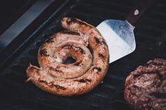Зажаренная сосиска с свежим розмариновым маслом на горячем блюде барбекю Стоковое Фото