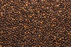 Зажаренная темная предпосылка кофейных зерен Стоковые Фото