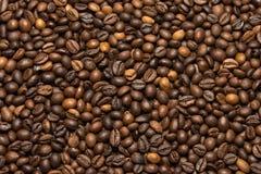 Зажаренная темная предпосылка кофейных зерен Стоковая Фотография RF