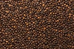 Зажаренная темная предпосылка кофейных зерен Стоковые Фотографии RF