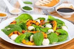 Зажаренная тыква, мини моццарелла и салат осени шпината Стоковое Изображение