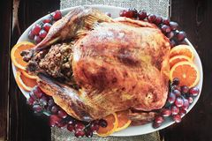 Зажаренное в духовке благодарение Турция с виноградинами и апельсинами стоковая фотография rf