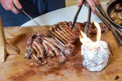 Зажаренное в духовке мясо над открытым огнем, сваренным в специальном пути Барбекю подготовлено мяса овечки или овец и обработано стоковое изображение rf