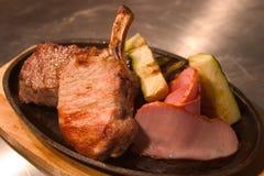 зажаренное в духовке мясо Стоковые Фото