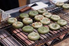 Зажаренное в духовке mochi зеленого чая с красными фасолями внутрь стоковые изображения