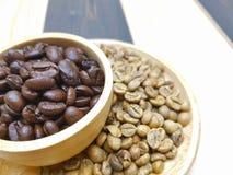 Зажаренное в духовке и сырцовое кофейное зерно Стоковые Фотографии RF