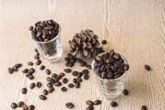 Зажаренное в духовке кофейное зерно в стопке кофе Стоковые Фотографии RF