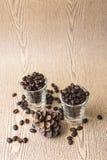 Зажаренное в духовке кофейное зерно в стопке кофе Стоковая Фотография RF