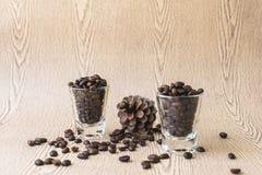 Зажаренное в духовке кофейное зерно в стопке кофе Стоковые Изображения