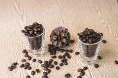 Зажаренное в духовке кофейное зерно в стопке кофе Стоковая Фотография