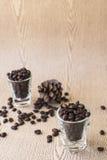 Зажаренное в духовке кофейное зерно в стопке кофе Стоковое Фото