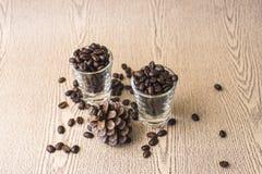 Зажаренное в духовке кофейное зерно в стопке кофе Стоковые Фото