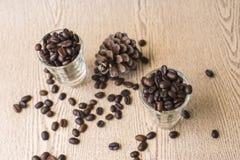 Зажаренное в духовке кофейное зерно в стопке кофе Стоковое Изображение