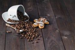 Зажаренное в духовке кофейное зерно в чашке на деревянной предпосылке Стоковое фото RF