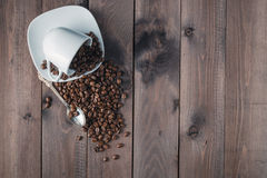 Зажаренное в духовке кофейное зерно в чашке на деревянной предпосылке Стоковое Изображение RF