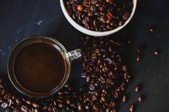 Зажаренное в духовке кофейное зерно и горячее питье кофе Стоковые Фото