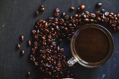 Зажаренное в духовке кофейное зерно и горячее питье кофе Стоковые Фотографии RF