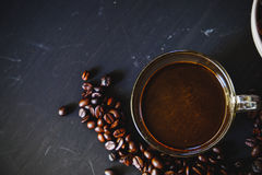 Зажаренное в духовке кофейное зерно и горячее питье кофе Стоковые Изображения
