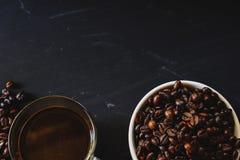 Зажаренное в духовке кофейное зерно и горячее питье кофе Стоковая Фотография