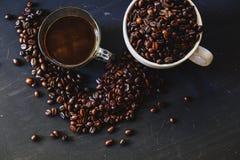 Зажаренное в духовке кофейное зерно и горячее питье кофе Стоковая Фотография RF