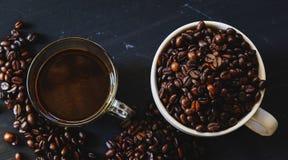 Зажаренное в духовке кофейное зерно и горячее питье кофе Стоковое Изображение