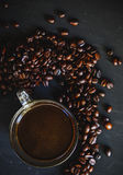 Зажаренное в духовке кофейное зерно и горячее питье кофе Стоковое фото RF