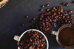 Зажаренное в духовке кофейное зерно и горячее питье кофе Стоковое Фото
