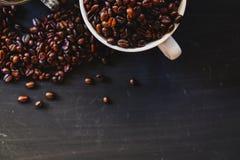 Зажаренное в духовке кофейное зерно и горячее питье кофе Стоковое Изображение RF