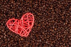 Зажаренное в духовке кофейное зерно с значком сердца Стоковая Фотография RF
