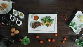 Зажаренное красное филе стейка барбекю мяса свинины говядины с брокколи и картошкой служило на белой прямоугольной плите видеоматериал