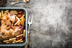 Зажаренное крыло индюка с фраями в взгляд сверху подноса выпечки Стоковые Фотографии RF