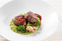 Зажаренное мясо говядины стейка очень вкусное на белой плите на светлом меню предпосылки Стоковые Фотографии RF