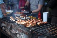 Зажаренное мясо и рыбы сваренные в фестивале еды улицы стоковое фото