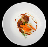 Зажаренное мясо кролика обернутое в беконе и Стоковые Изображения