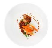 Зажаренное мясо кролика обернутое в беконе и Стоковые Изображения RF