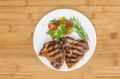Зажаренное мясо на белой плите Стоковая Фотография RF
