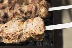 Зажаренное мясо на внешних ручках барбекю гриля Стоковое Фото