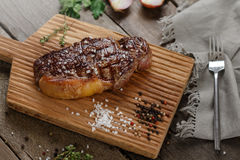 Зажаренное мясо на древесине Стоковая Фотография RF