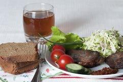 Зажаренное мясо с свежими овощами и травами на белой плите Стоковое фото RF
