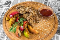 Зажаренное мясо с сезамом, яблоками и соусом стоковая фотография