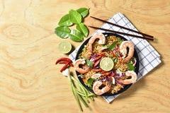 Зажаренное пряное высушенным, зажаренная высушенная лапша лапши Тома Yum Kung взгляд сверху креветки, тайская еда, пряная еда Стоковые Изображения RF