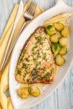 Зажаренное филе рыб dorado с гарниром овоща и маслом и лимоном стоковые фотографии rf