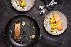 Зажаренное филе семг с ризотто шафрана стоковые фотографии rf