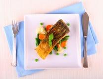 Зажаренное филе рыб карпа с овощами Стоковое Изображение RF