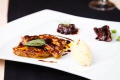 Зажаренное фуа-гра с соусом вишни стоковые фото