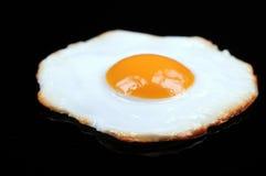 зажаренное яичко предпосылки черное Стоковое Фото