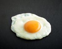 зажаренное яичко предпосылки черное Стоковая Фотография