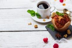 зажаренное яичко чашки принципиальной схемы кофе завтрака Торт ягод кофе домодельный стоковое фото