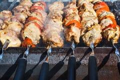 Зажаренное kebab варя на крупном плане протыкальника металла Зажаренное в духовке мясо сваренное на барбекю Традиционное восточно Стоковая Фотография RF