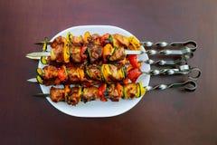 Зажаренное kebab варя на крупном плане протыкальника металла Зажаренное в духовке мясо сваренное на барбекю Куски отбивной котлет Стоковые Фотографии RF